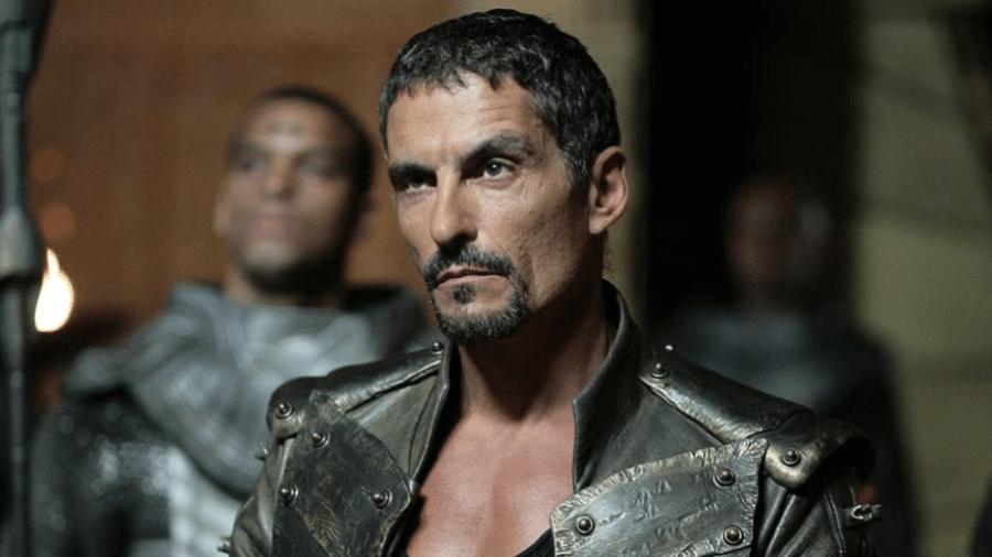 """Cliff Simon como Ba""""al em cena de """"Stargate SG-1"""" - Reprodução"""