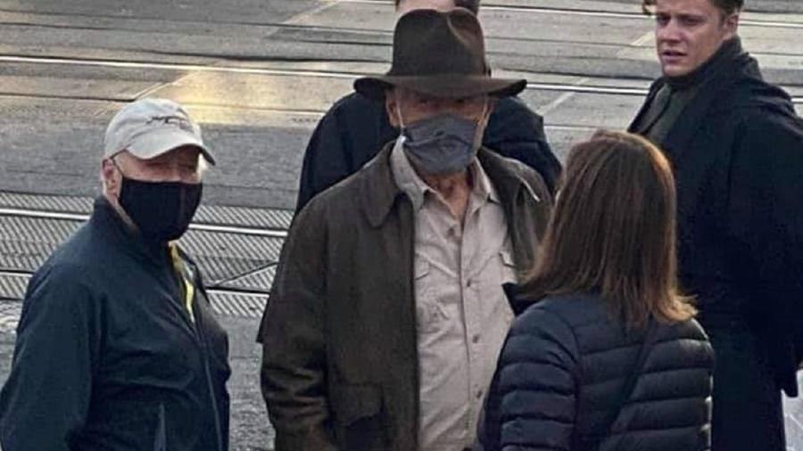 """Harrison Ford no set de """"Indiana Jones 5"""", em Londres - Reprodução/Twitter"""