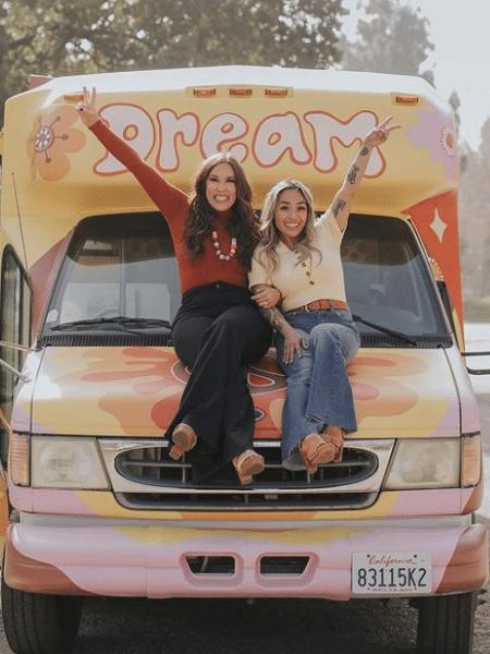 Brittany Jeltema, Jerilee Melo e o ônibus transformado em sala de aula sobre rodas - Reprodução/Instagram