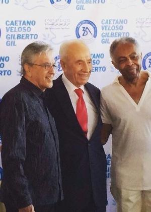 Caetano Veloso e Gilberto Gil são recebidos pelo ex-primeiro-ministro e presidente de Israel, Shimon Peres (centro) - Reprodução/Instagram/Caetano veloso