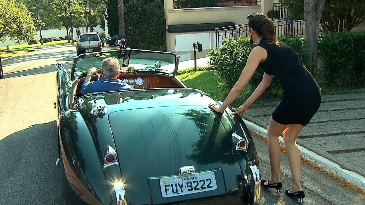 Luciana Gimenez tem dificuldade para empurrar carro de Carlos Alberto.