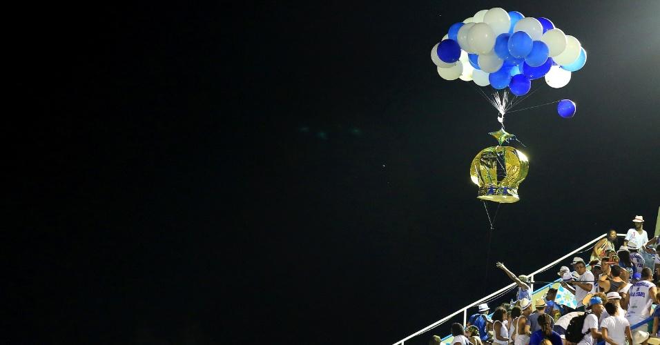 8.fev.2016 - Balão com símbolo da Vila Isabel flutua sobre a arquibancada na Sapucaí
