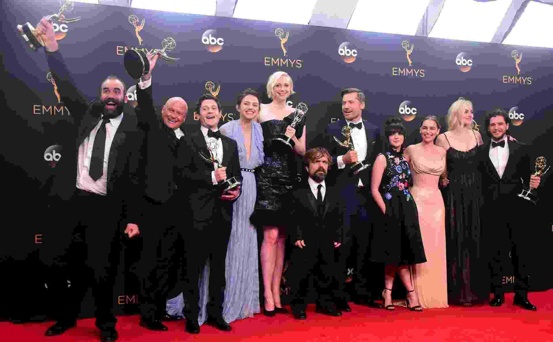"""18.set.2016 - Parte do elenco de """"Game of Thrones"""" posa com a estatueta do Emmy. A série foi eleita a melhor na categoria drama e se tornou a maior ganhadora da história da premiação - AFP"""