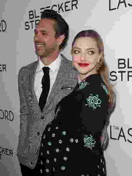 A atriz Amanda Seyfried em 2017, durante a primeira gravidez, com o marido Thomas Sadoski - Getty Images