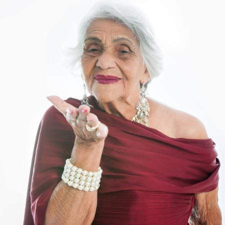 Deotina Pereira Gil, ou Dona Tina, fez ensaio para comemorar seus 94 anos.  - Adilson Rodrigues/ Studio Pontes Fotografia