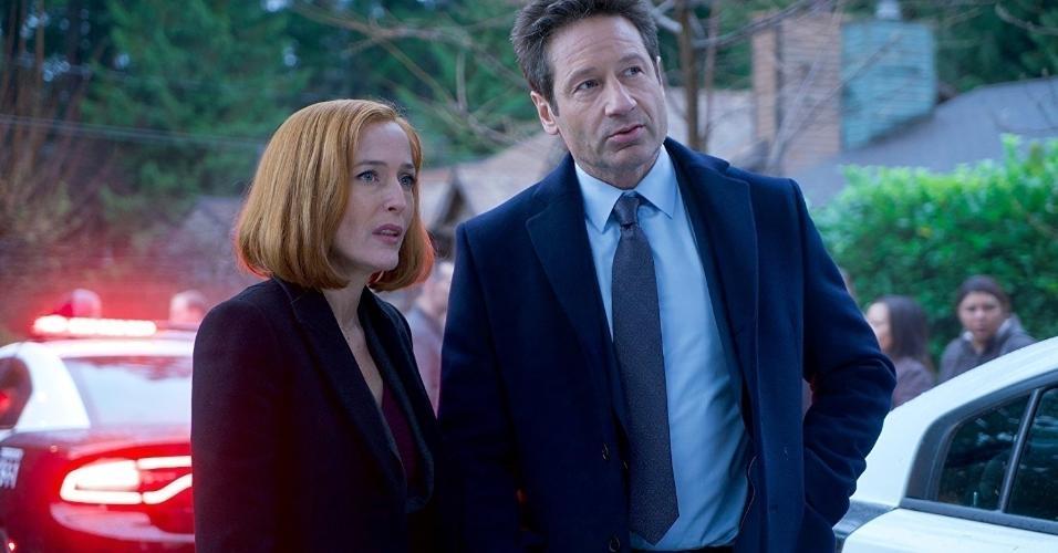 """Gillian Anderson e David Duchovny em cena na série """"Arquivo X"""" (1993)"""
