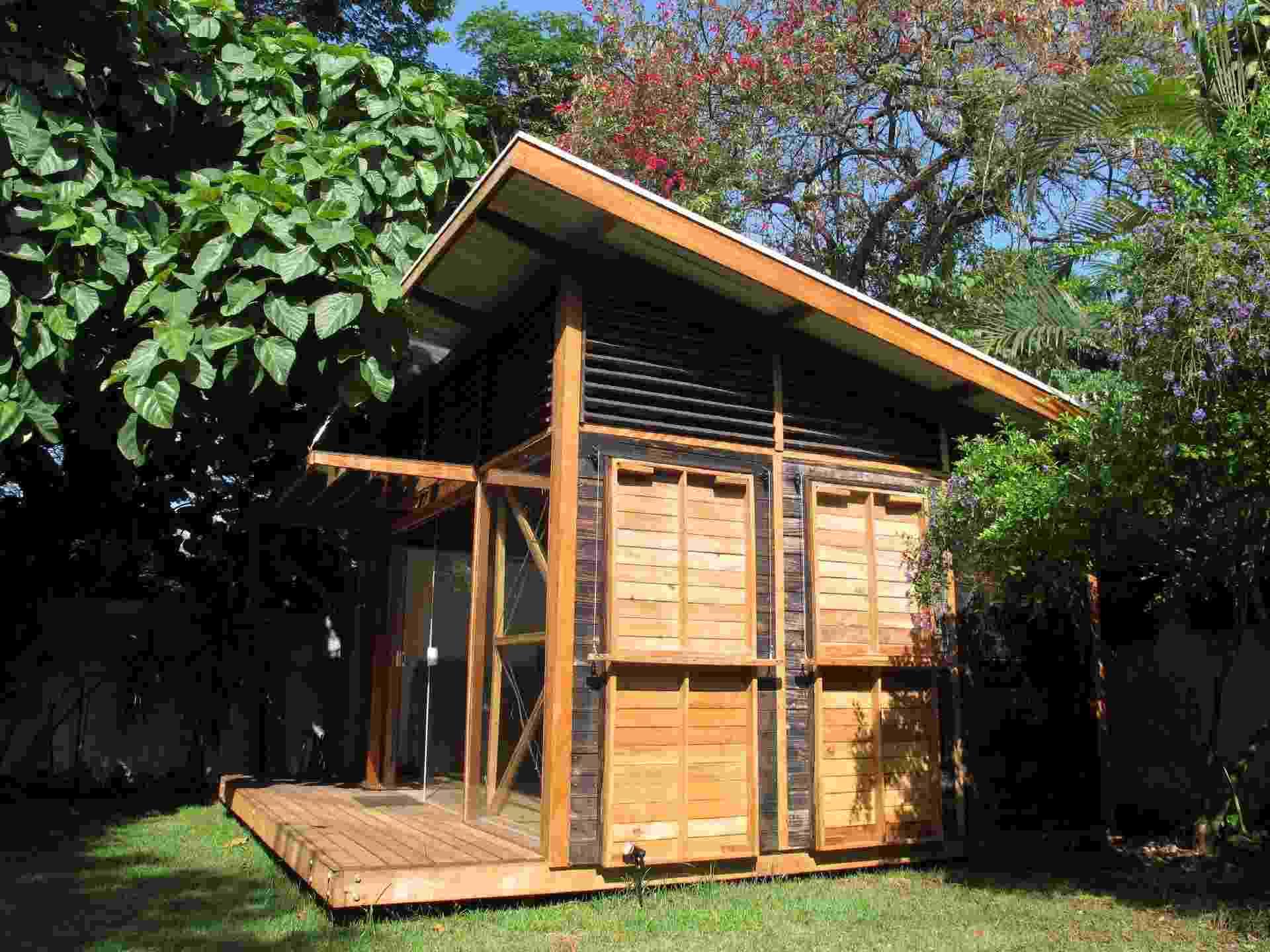 """Este ateliê, de 30 m², em Pinheiros (São Paulo), é o 1º protótipo da """"Casa Circular"""" e já adota estratégias da economia circular. Como sistema construtivo, por exemplo, foi usado o woodframe, uma estrutura modular, pré-fabricada em perfis de madeira. E fechamento de madeira derivada de formas de concreto reciclada, tratada com técnica de queima que evita a contaminação do meio com resinas - Matheus Matta"""