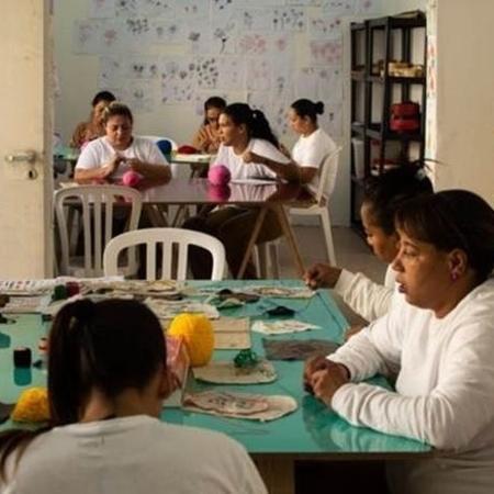 Presas ganham um dia a menos na prisão a cada três que trabalham na cooperativa - BBC News Brasil