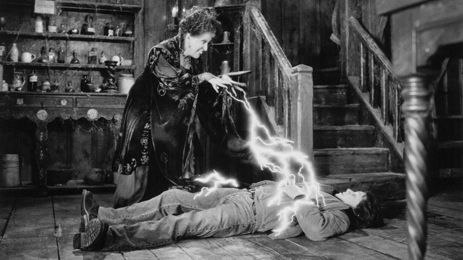 """Bette Midler e Omri Katz em cena de """"Abracadabra"""" (1993) - Reprodução"""