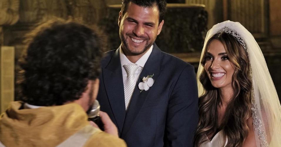 Padre Fábio de Melo realiza o casamento de Nicole Bahls e Marcelo Bimbi