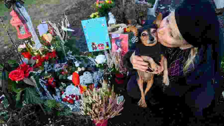 Karla Lemke e sua cachorrinha Scarlet no Tierhimmel  - AFP