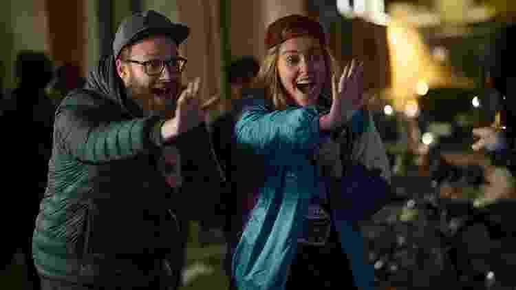 Seth Rogen e Charlize Theron em cena de Casal Improvável - Divulgação - Divulgação