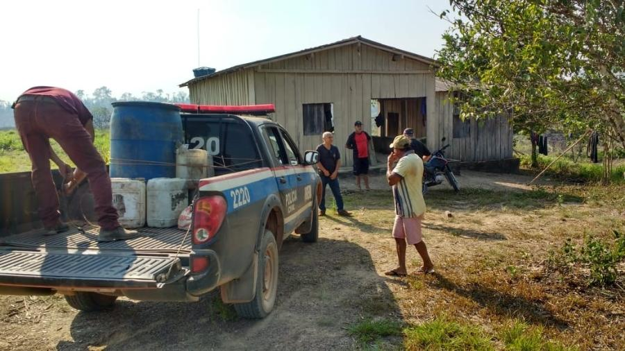 Policiais flagraram dois funcionários da fazenda de posse de um tambor com gasolina e galões de óleo diesel - Polícia Civil do Pará