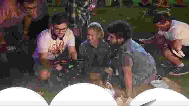 O diretor Thiago Oliveira mostra cena para Luiza Valdetaro e Caio Castro - Divulgação