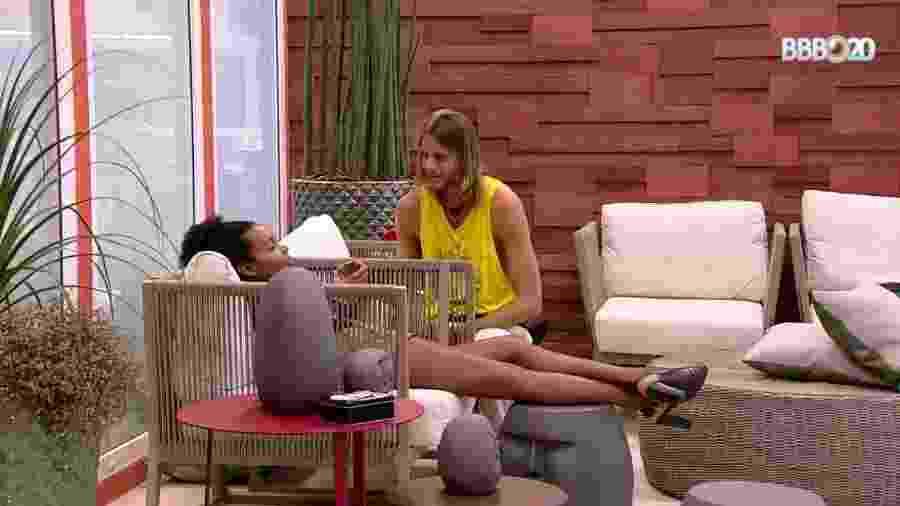 Thelma e Daniel conversam na área externa - Reprodução/Globosat