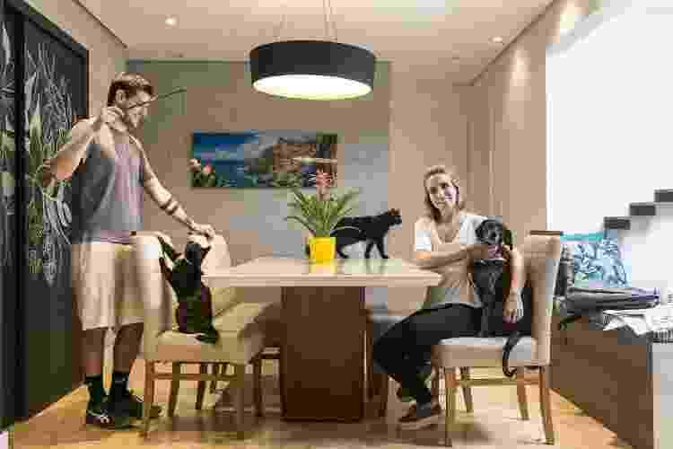 Amay Freitas, seu marido Andre Brusco, Ademir, Teresinha e a cadela Francisca -  Keiny Andrade/UOL -  Keiny Andrade/UOL