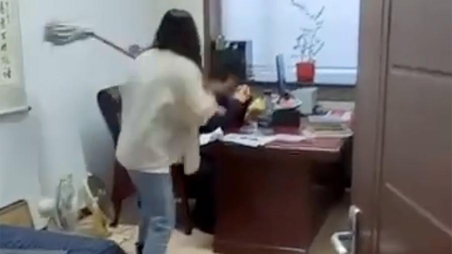Mulher na China bate com esfregão em seu chefe após ele assediá-la; vídeo foi visto por milhares de pessoas - Reprodução/WhatsonWeibo