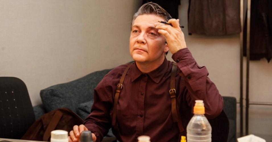 5.set.2015 - O ator Kiko Mascarenhas se preparando para entrar no palco, antes do espetáculo.