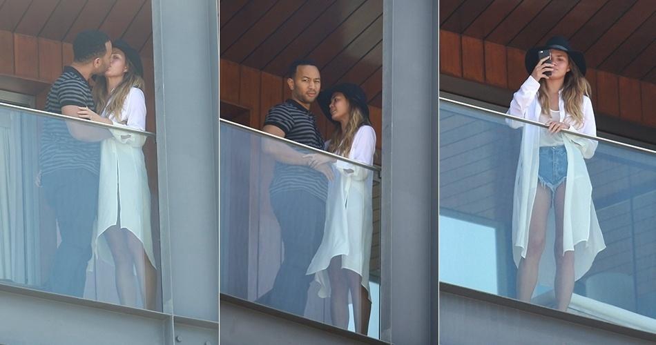 20.set.2015 - John Legend e Chrissy Teigen namoram na varanda do hotel onde estão hospedados no Rio de Janeiro. O cantor é uma das atrações da terceira noite de Rock in Rio