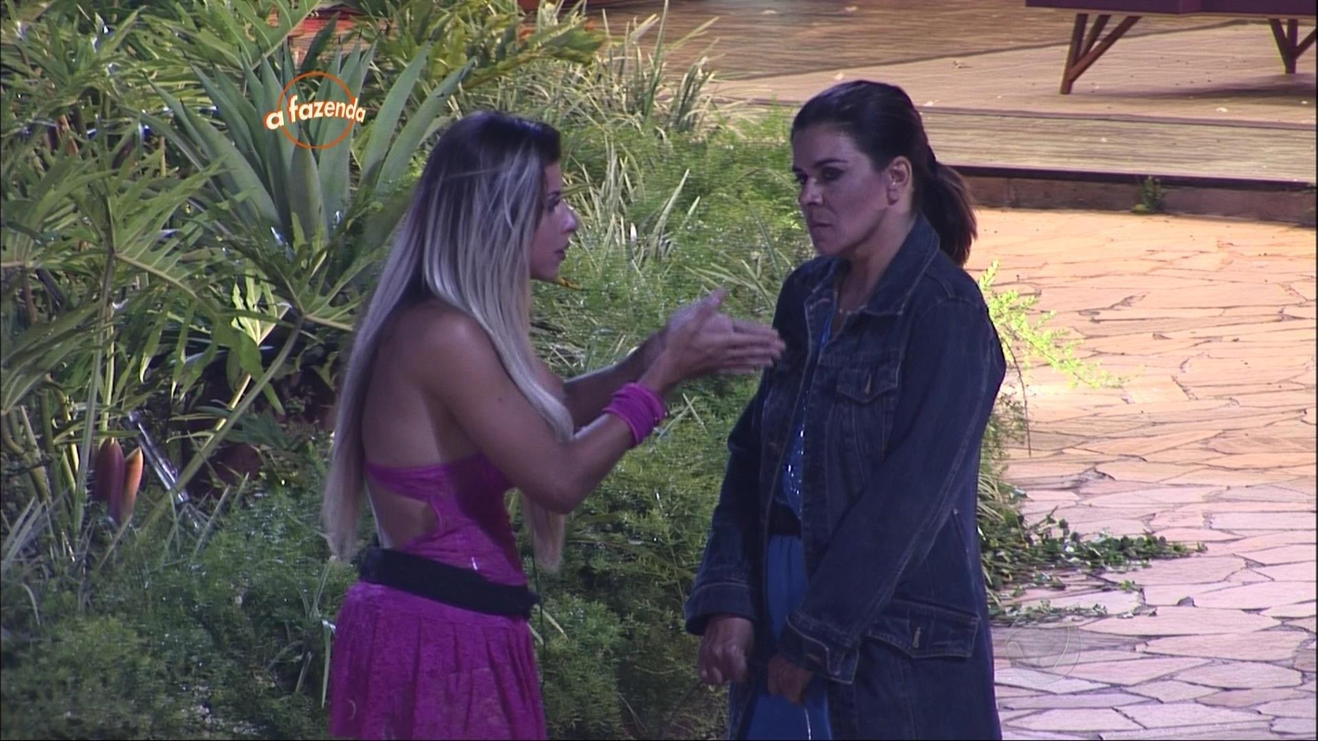 16.out.2015 - Ana Paula Minerato aconselha Mara Maravilha a ser uma fazendeira mais gentil