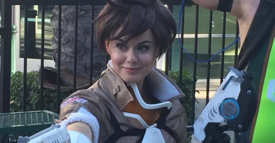 Outra cosplayer vestida como Tracer, de