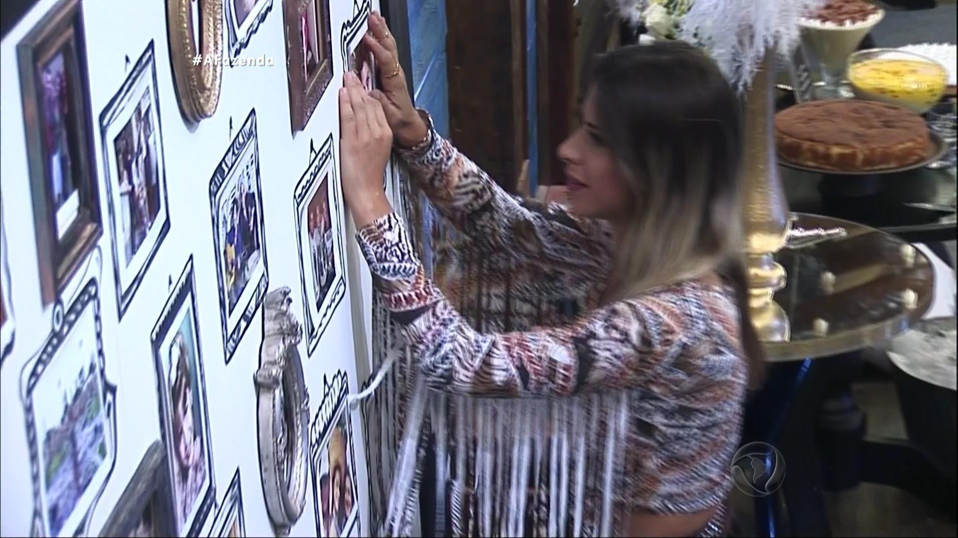 4.dez.2015 - Minerato se emocionou com as fotos de seus familiares