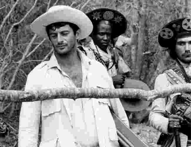 """Antonio Pompêo (ao fundo) interpreta o cangaceiro Sabonete na minissérie """"Lampião e Maria Bonita"""" (1982) - Divulgação/TV Globo"""