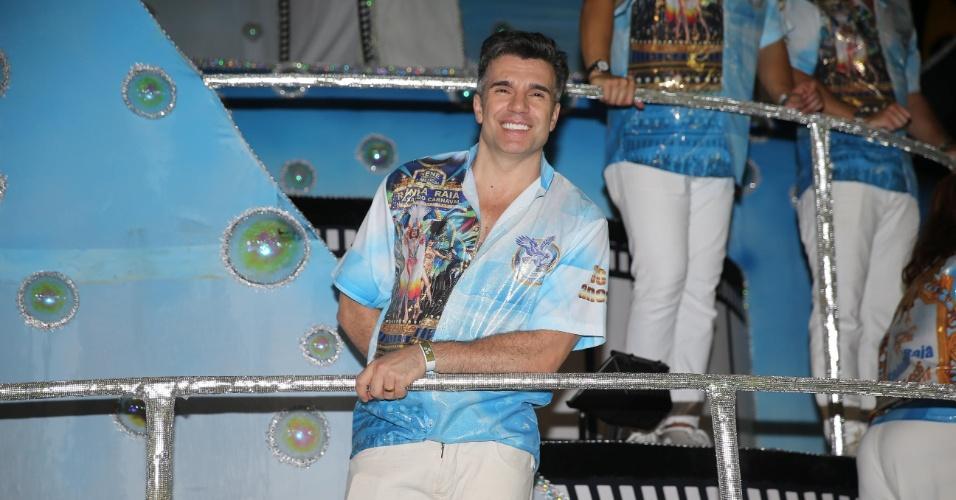 6.fev.2016 - Jarbas Homem de Mello, namorado de Cláudia Raia, participa do desfile de Nenê de Vila Matilde que homenageia a atriz