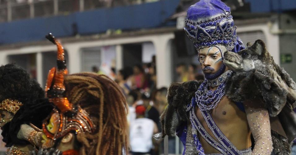 """07.fev.2016 - Integrantes fazem dança coreografada no desfile da Mocidade, marcado pelas """"paradonas"""" de mais de 30 segundos"""