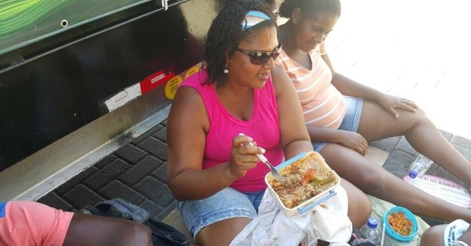 """9.fev.2015 - Em seu segundo ano como cordeira, Luciene Santos diz que é """"muita humilhação"""" receber um pacote de biscoito e duas garrafas d'água para trabalhar. """"Trago de casa para não morrer de fome e sede"""""""