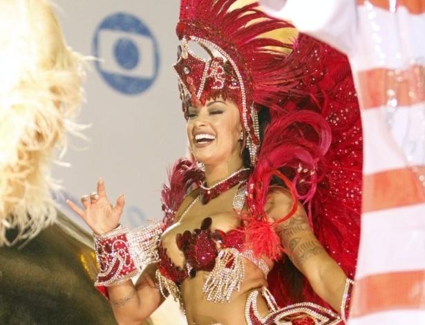 """9.fev.2016 - Aline Riscado desfilou como destaque do carro """"Boteco"""". A bailarina é conhecida como """"Verão"""" por estrelar um comercial de cerveja"""