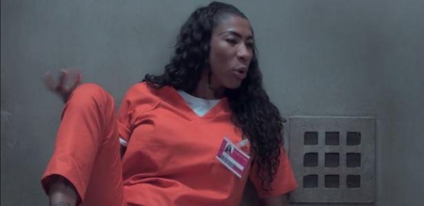 Em celas separadas, Inês Brasil e Piper integarem em vídeo de divulgação da série - Reprodução