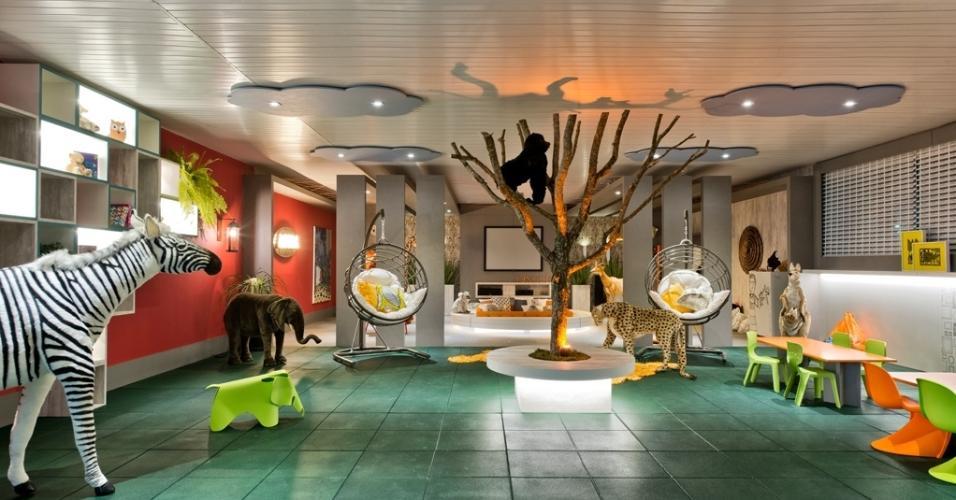 A arquiteta Viviane Busch assina o Lugar da Criança: pelúcias de zebra, leopardo, canguru, entre outros animais, estão distribuídas no espaço para criançada se divertir, com piso formado de placas de carpete (que parecem emborrachadas). Na árvore resgatada do depósito da prefeitura de Curitiba está 'hospedado' um macaquinho fofo