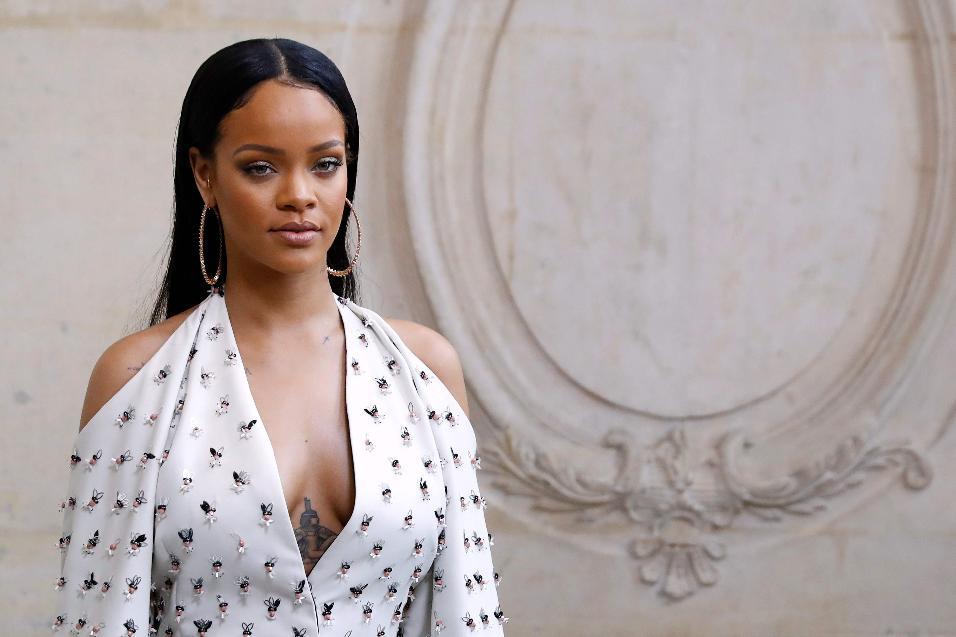 30.set.2016 - Rihanna participa de desfile da grife Christian Dior em Paris