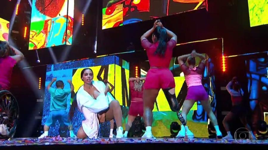 """A paratleta Camille Rodrigues dança """"Paradinha"""" com Anitta no Prêmio Multishow 2017 - Reprodução/TV Globo"""