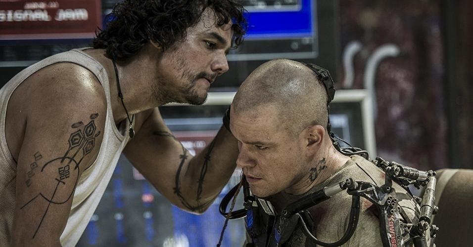"Matt Damon e Wagner Moura em cena em ""Elysium"" (2013)"