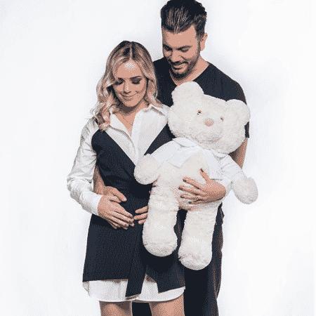 Thaeme posa com o marido após descoberta da primeira gravidez - Reprodução/Instagram - Reprodução/Instagram