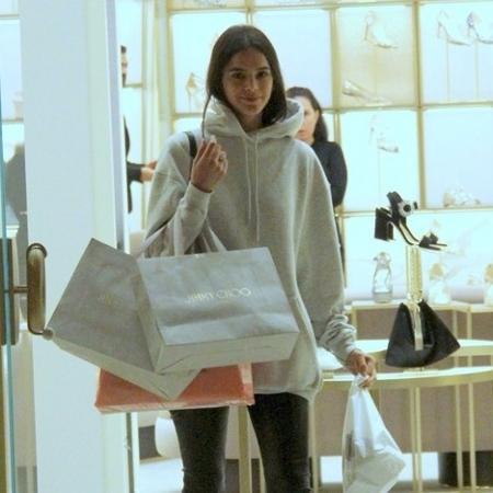 Bruna Marquezine com moletom Balenciaga em shopping carioca - J Humberto/AgNews