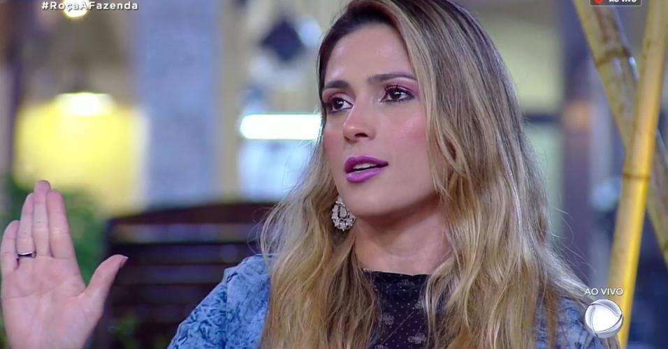 Nadja Pessoa fala com o apresentador Marcos Mion durante formação de roça