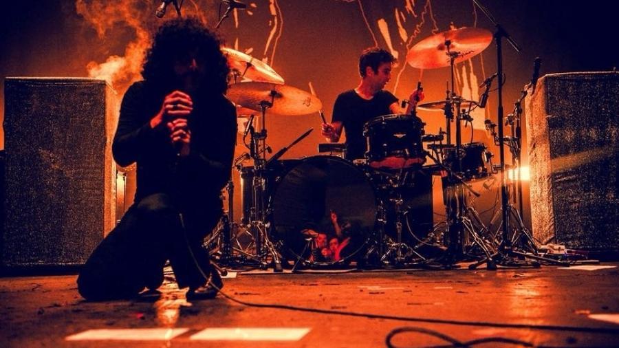 O vocalista Cedric Bixler-Zavala e o baterista Tony Hajjar, em show recente do At The Drive-In - Divulgação