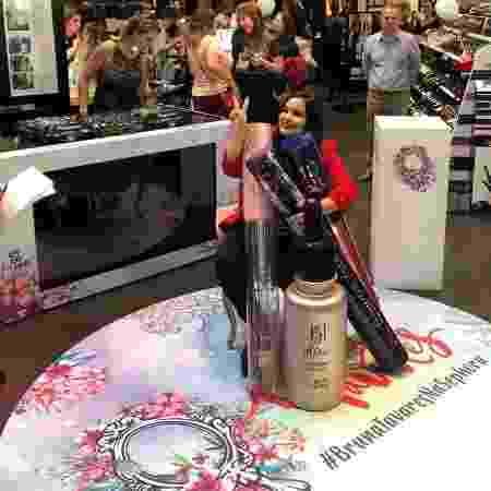 Bruna posa com réplicas gigantes de seus cosméticos no lançamento da marca para a Sephora - Arquivo Pessoal - Arquivo Pessoal