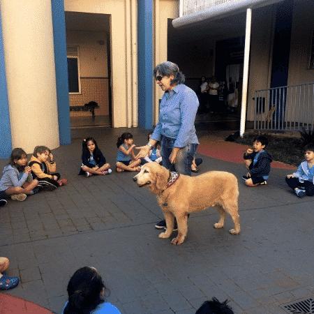 Os alunos puderam até mesmo conhecer e interagir com um cão utilizado em terapias - Divulgação