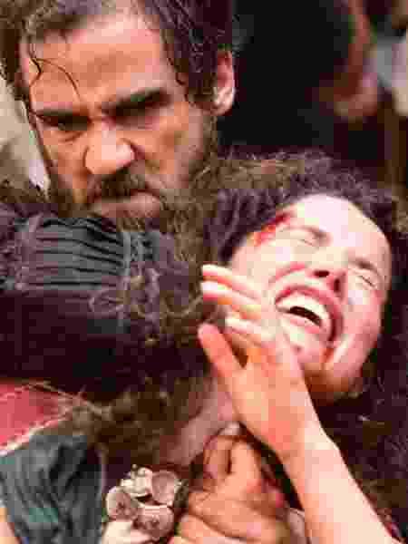 """Simão (Rafael Sardão) arrasta Laila (Manuela do Monte) pelos cabelos em """"Jesus"""" - Blad Meneghel/Record"""