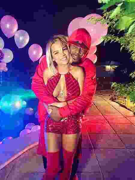R. Kelly com a ex-namorada Halle Calhoun - Reprodução/Instagram