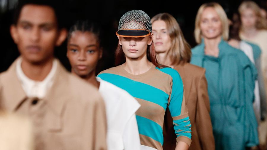 Modelos no desfile da estilista Stella McCartney na Semana de Moda de Paris -  Thomas SAMSON / AFP