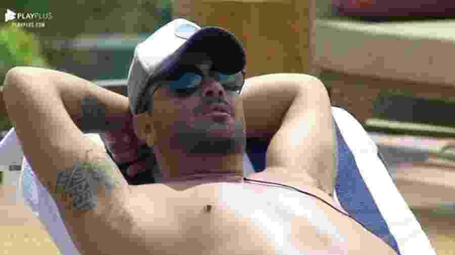 Rodrigo conversa com Sabrina à beira da piscina - Reprodução/Playplus