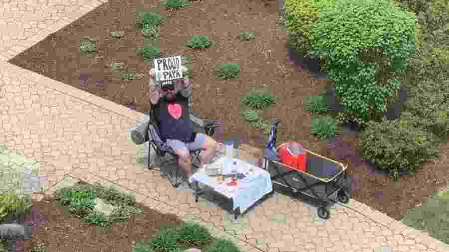 Robert Colin leva toda semana uma mesa para a frente do hospital onde sua mulher está internada para poder ter um jantar com ela pela janela - Reprodução/Facebook/Bob Colin