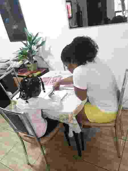 A corretora de imóveis Tatiane Cristina ajuda a filha de sete anos com as aulas durante a quarentena - Magda Souza/UOL