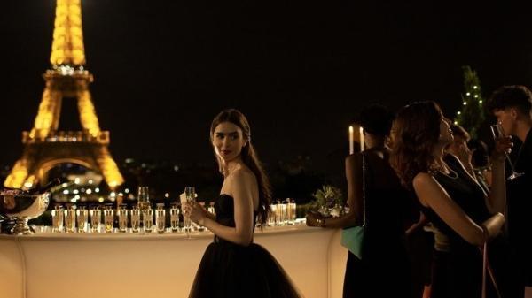 """Lily Collins em cena de """"Emily em Paris"""", da Netflix"""