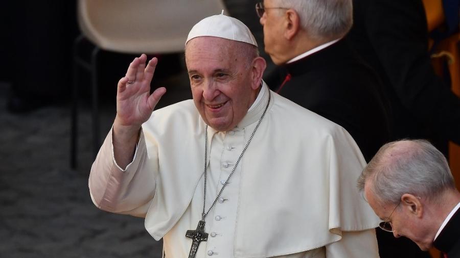Papa Francisco acena a fiéis no Pátio San Damaso, no Vaticano, em 2020 - Vincenzo Pinto/AFP